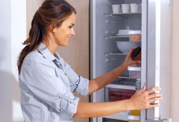 уборка продуктов в холодильнике