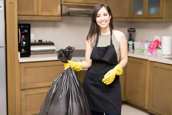 Девушка с мешком мусора