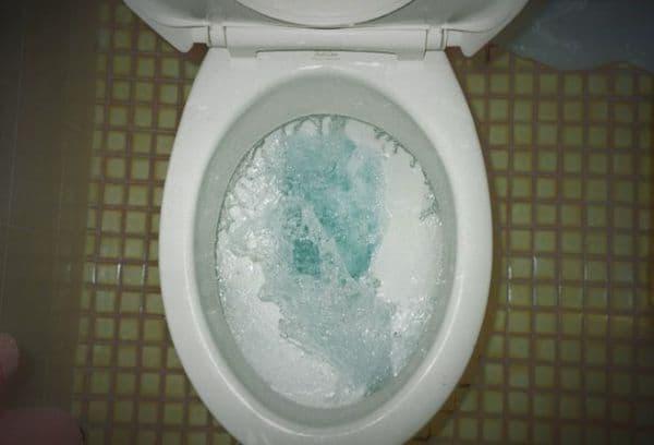 Слив воды в унитазе