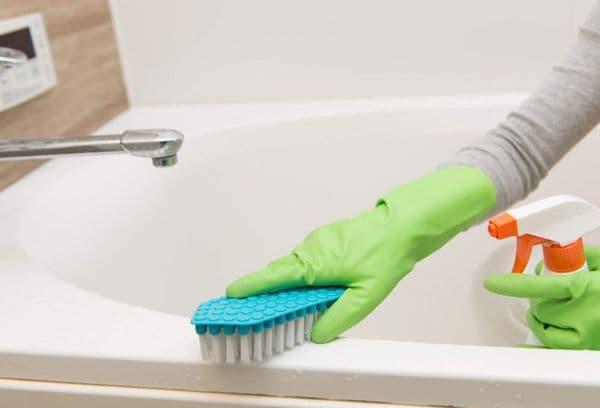 Чистка ванны щеткой