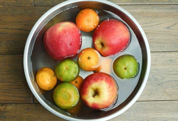 Замоченные фрукты в воде