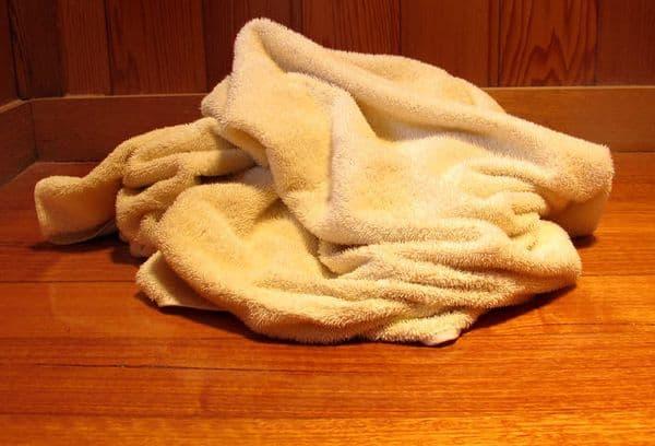Полотенце на полу