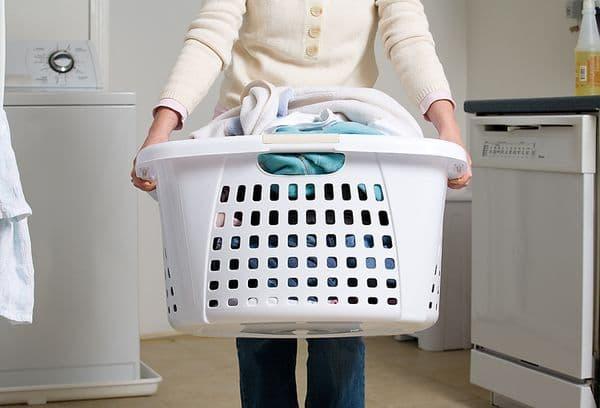 белая корзина с грязным бельем