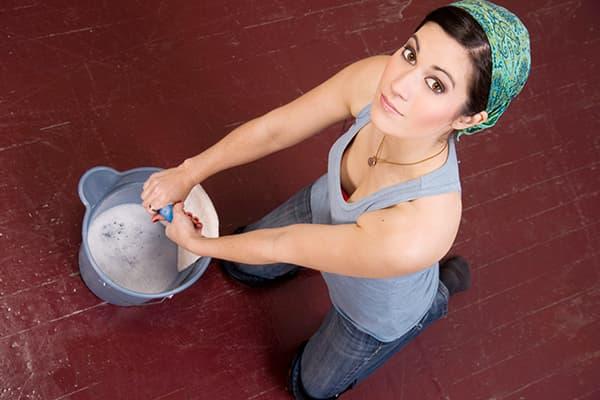 Девушка моет пол мыльным раствором