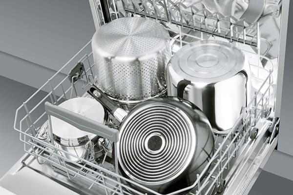 Кастрюли и сковорода в посудомоечной машине