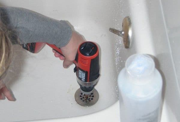 Чем растворить волосы в сливе ванной: 5 методов