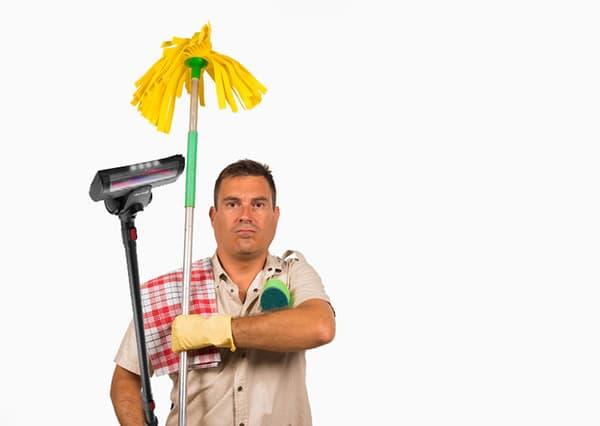 Мужчина со шваброй и пылесосом
