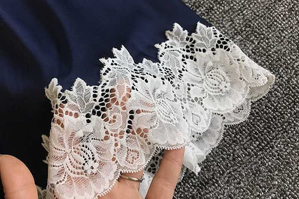 Кружевная отделка на шелковой одежде
