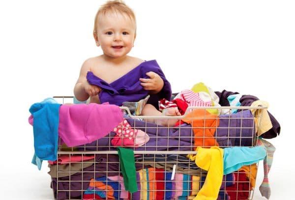 ребенок и корзина с одеждой