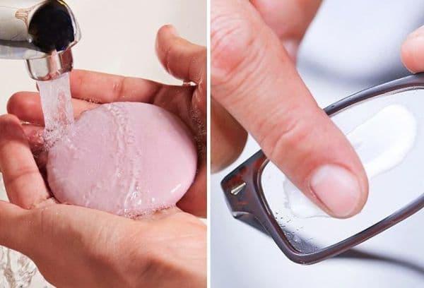 Мытьё очков мыльной водой