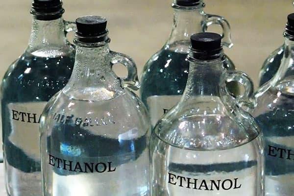 Стеклянные бутылки с этанолом