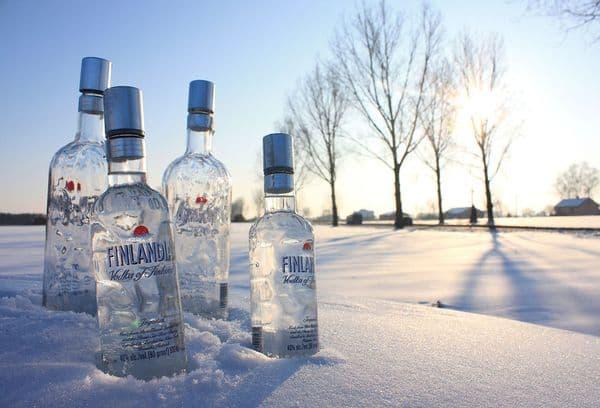 бутылки с водкой в снегу
