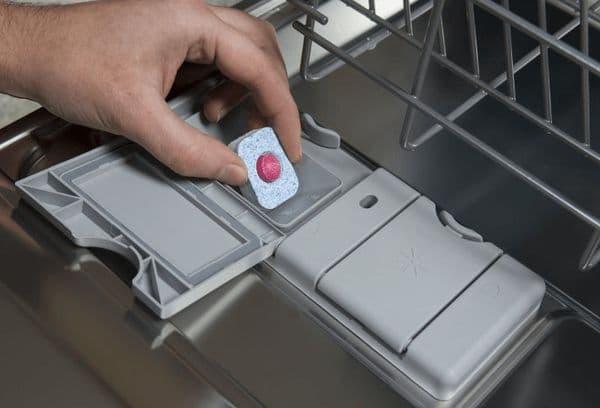 Закладка таблетки моющего средства в ПММ