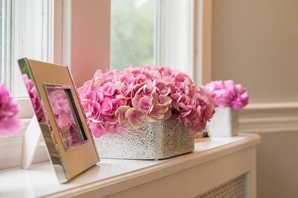 Коробка с искусственными цветами на подоконнике