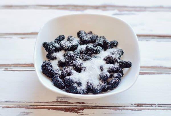 шелковица, пересыпанная сахаром.