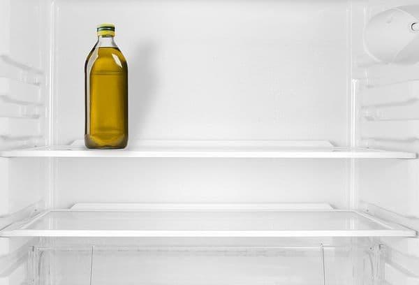 Бутылка с маслом в холодильнике
