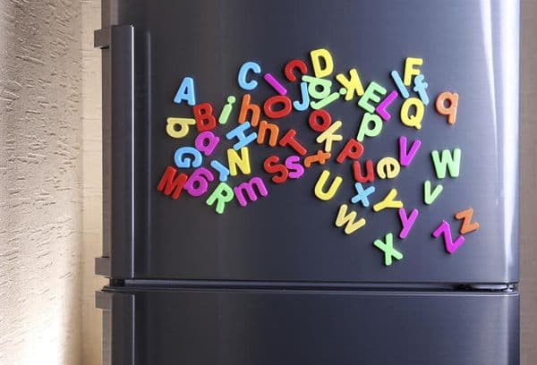 На холодильнике висят магниты