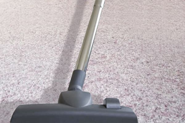 Чистка жидких обоев пылесосом