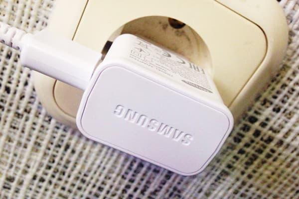 Зарядное устройство Samsung в розетке