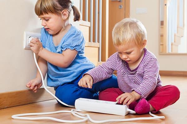 Дети играют с сетевым фильтром