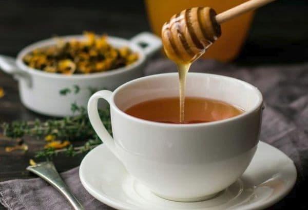 Добавление мёда в горячий чай