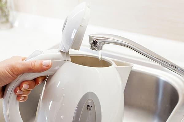 Наполнение чайника водой из-под крана