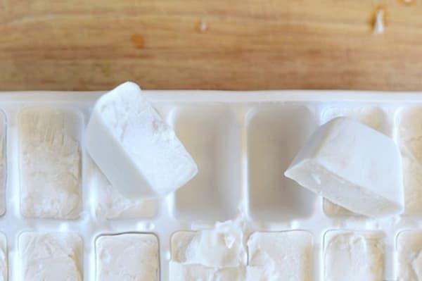 Молоко, замороженное в форме для льда