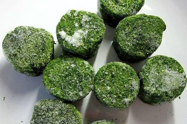 Зелень, замороженная в формочках