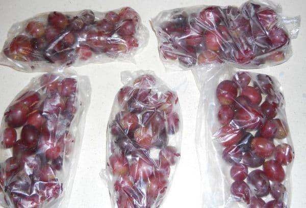 Целиком замороженный виноград