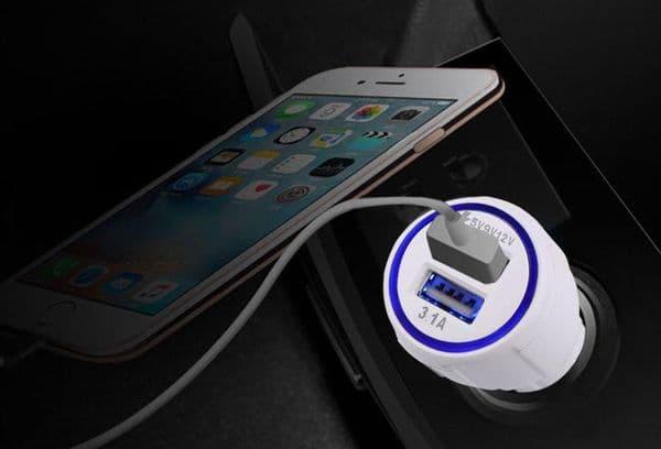Телефон на зарядке в машине