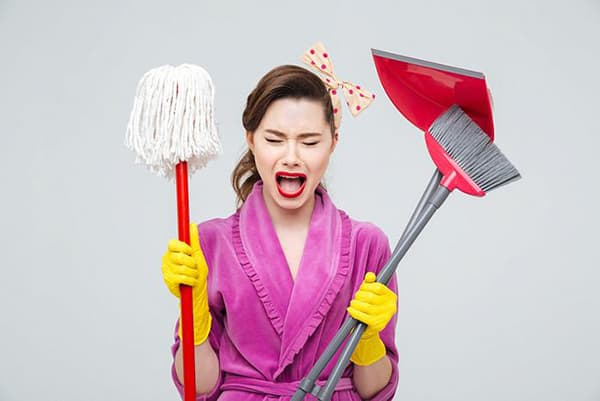 Девушка с инвентарем для уборки