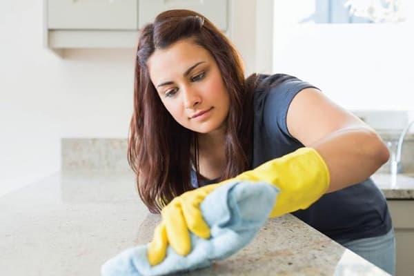 Девушка протирает кухонную столешницу