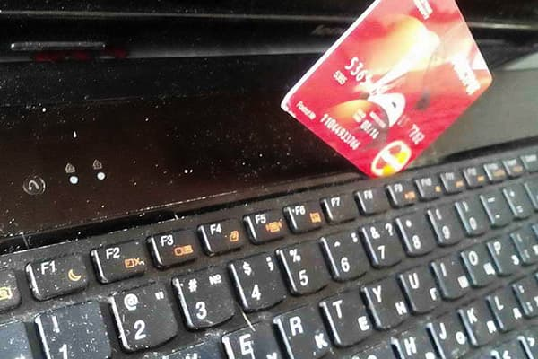 Чистка клавиатуры банковской картой