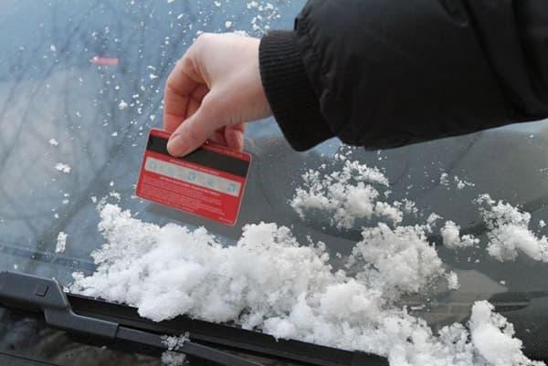 Чистка автомобиля от снега при помощи пластиковой карты
