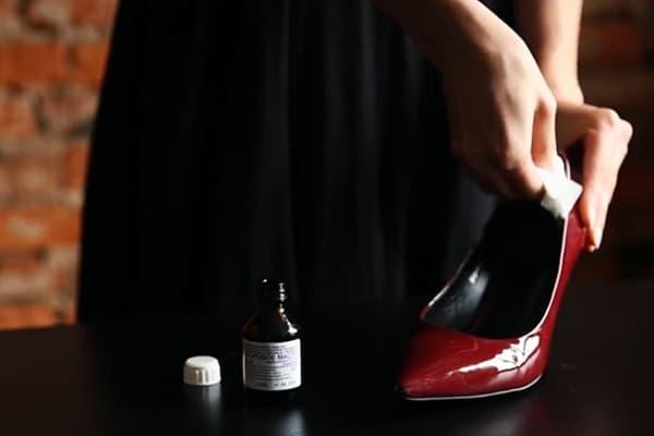 Обработка новых туфлей спиртом