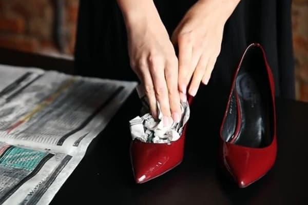 Закладка влажной бумаги в туфли