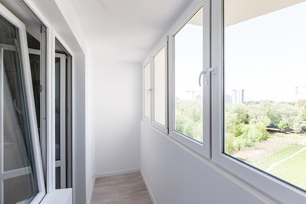 Окна без штор и жалюзи на лоджии