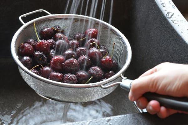 Мытье вишни под краном