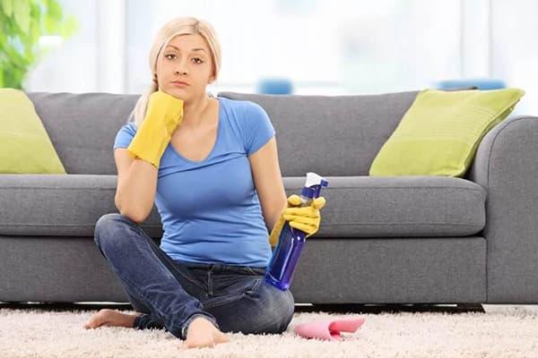 Девушка со средством для чистки дивана