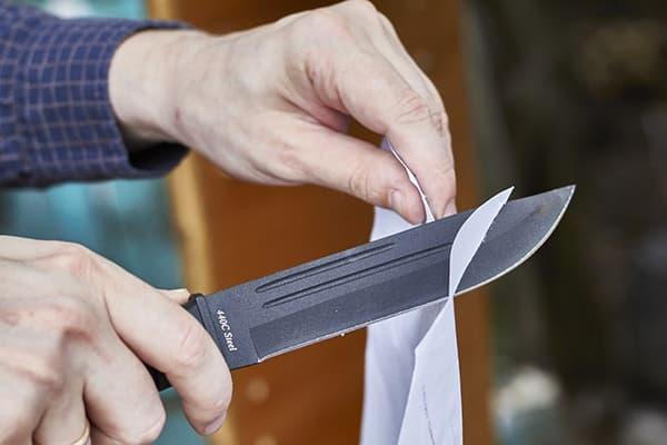 Проверка остроты ножа с помощью бумаги