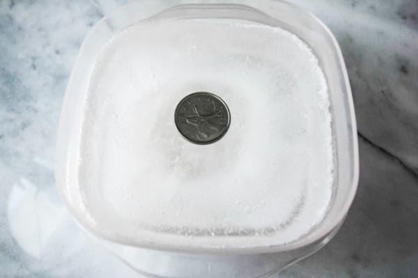 Монетка в емкости со льдом
