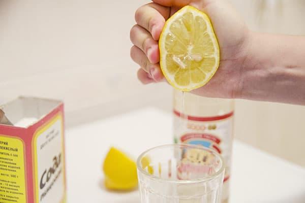 Выдавливание сока из половинки лимона