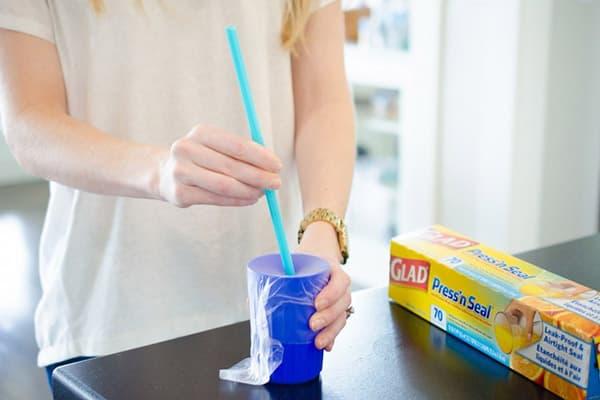 Непроливайка из стакана и пищевой пленки