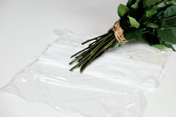 Букет цветов и пищевая пленка