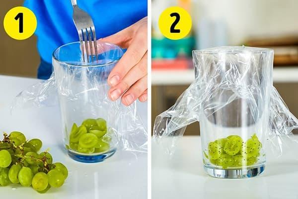 Ловушка для насекомых из стакана и пищевой пленки