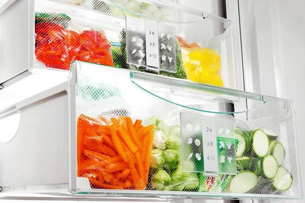 Контейнеры для овощей и фруктов в холодильнике