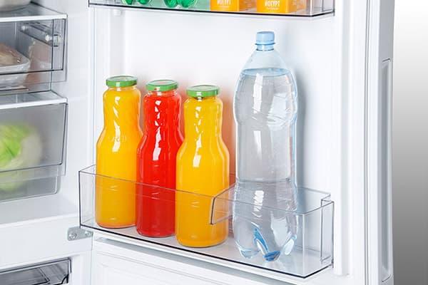 Напитки на полке дверцы холодильника