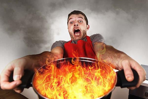 Мужчина с горящей кастрюлей