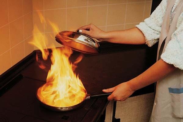 Тушение горящего масла металлической крышкой
