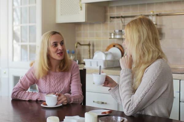 Женщины пьют чай на кухне
